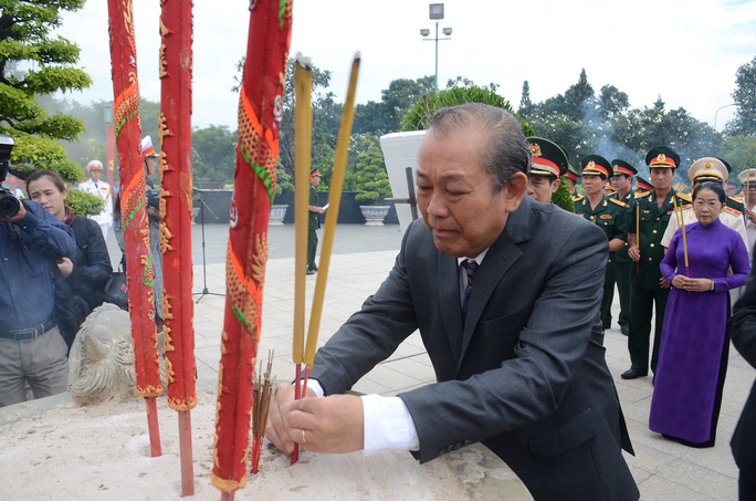 Lãnh đạo TP HCM dâng hương các anh hùng liệt sĩ - Ảnh 2.