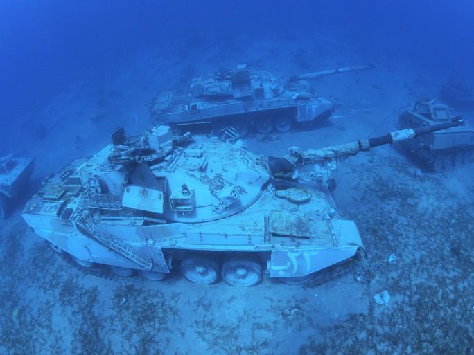 Làm rạn nhân tạo bằng xe tăng, trực thăng cũ - Ảnh 2.