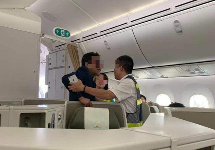 Khách thương gia bị tố sàm sỡ trên máy bay: Cục Hàng không chỉ ra điểm bất thường trong xử lý - Ảnh 1.