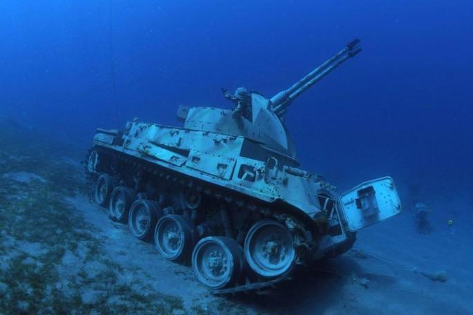 Làm rạn nhân tạo bằng xe tăng, trực thăng cũ - Ảnh 1.