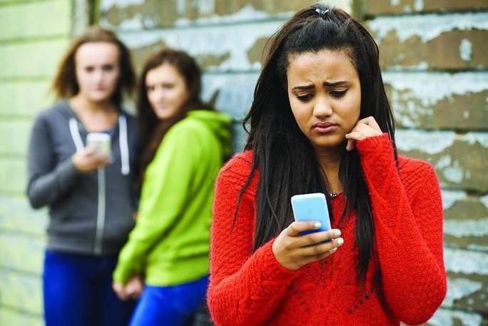 Bắt nạt trên mạng xã hội xâm nhập học đường - Ảnh 2.