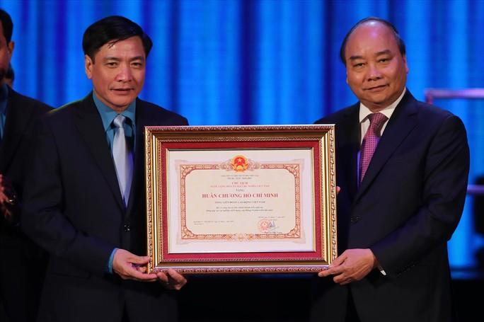 Thủ tướng trao tặng Huân chương Hồ Chí Minh cho Công đoàn Việt Nam - Ảnh 1.