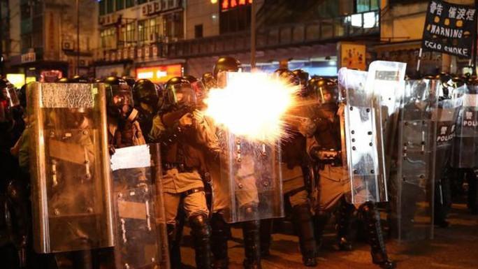 Hồng Kông trấn áp người biểu tình tiếp cận văn phòng đại diện Trung Quốc - Ảnh 2.