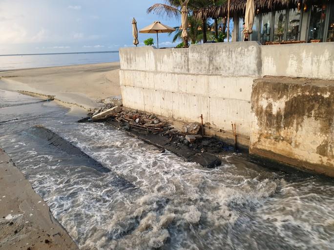 Sau cơn mưa, nước thải đen ngòm lại chảy tuôn xối xả ra biển Đà Nẵng - Ảnh 2.