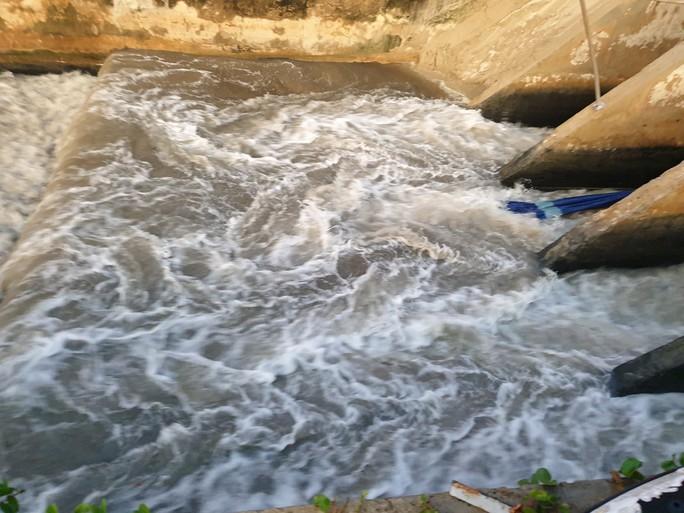 Sau cơn mưa, nước thải đen ngòm lại chảy tuôn xối xả ra biển Đà Nẵng - Ảnh 3.