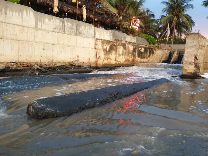 Sau cơn mưa, nước thải đen ngòm lại chảy tuôn xối xả ra biển Đà Nẵng - Ảnh 5.