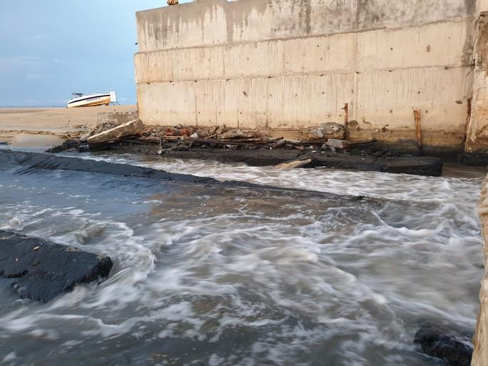 Sau cơn mưa, nước thải đen ngòm lại chảy tuôn xối xả ra biển Đà Nẵng - Ảnh 6.