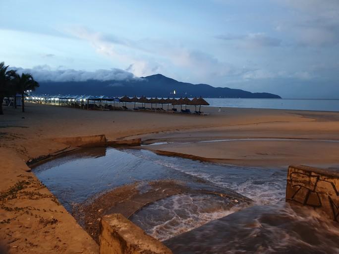 Sau cơn mưa, nước thải đen ngòm lại chảy tuôn xối xả ra biển Đà Nẵng - Ảnh 8.