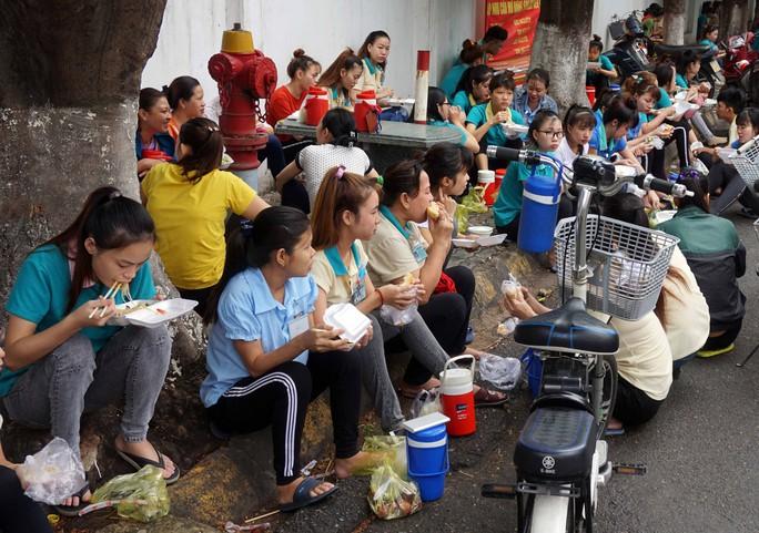 Sốc với bữa ăn sáng của công nhân tại các KCX- KCN - Ảnh 9.
