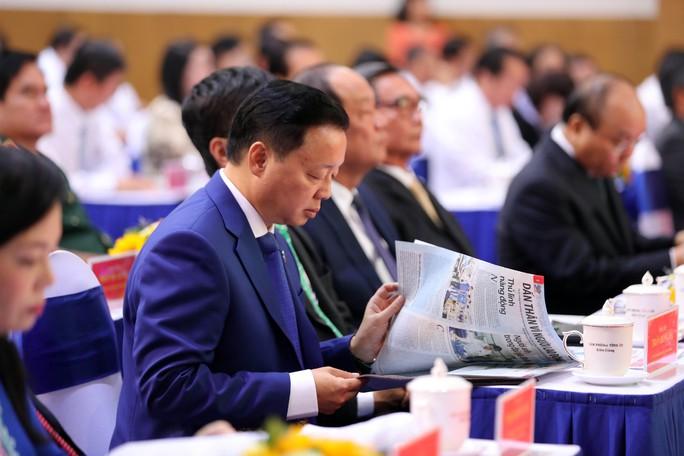 Thủ tướng Nguyễn Xuân Phúc cùng báo Người Lao Động trao cờ Tổ quốc cho ngư dân Kiên Giang - Ảnh 8.