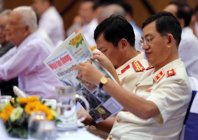 Thủ tướng Nguyễn Xuân Phúc cùng báo Người Lao Động trao cờ Tổ quốc cho ngư dân Kiên Giang - Ảnh 9.