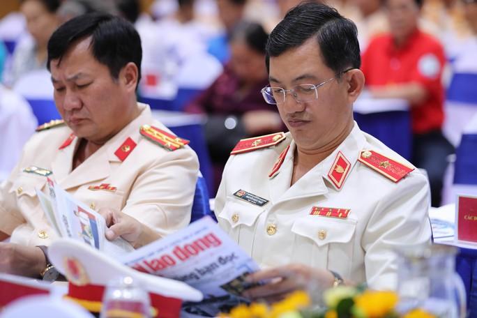 Thủ tướng Nguyễn Xuân Phúc cùng báo Người Lao Động trao cờ Tổ quốc cho ngư dân Kiên Giang - Ảnh 10.