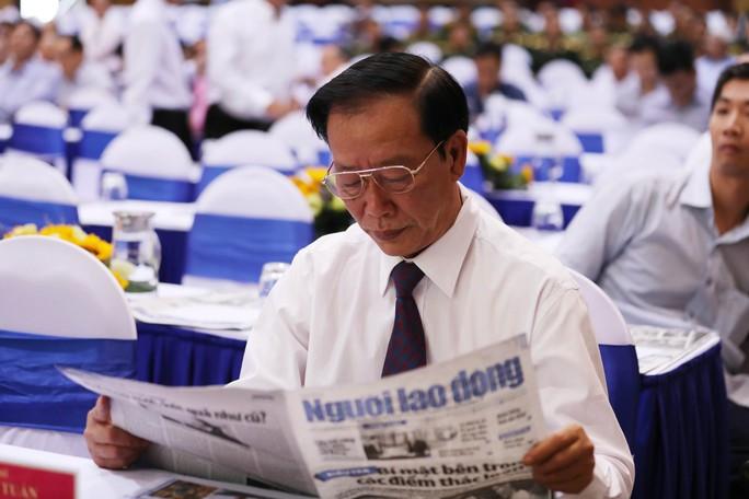 Thủ tướng Nguyễn Xuân Phúc cùng báo Người Lao Động trao cờ Tổ quốc cho ngư dân Kiên Giang - Ảnh 11.