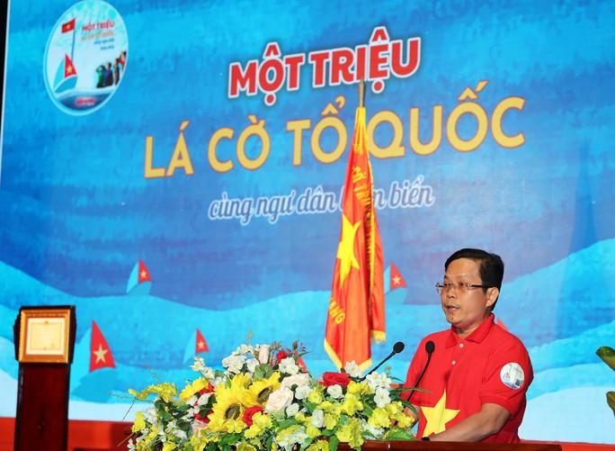 Thủ tướng Nguyễn Xuân Phúc cùng báo Người Lao Động trao cờ Tổ quốc cho ngư dân Kiên Giang - Ảnh 5.