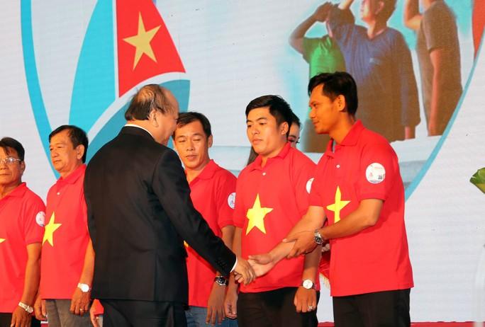 Thủ tướng Nguyễn Xuân Phúc cùng báo Người Lao Động trao cờ Tổ quốc cho ngư dân Kiên Giang - Ảnh 3.