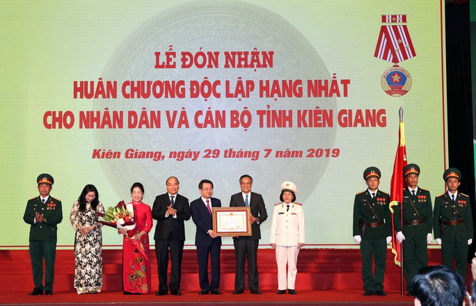 Thủ tướng Nguyễn Xuân Phúc cùng báo Người Lao Động trao cờ Tổ quốc cho ngư dân Kiên Giang - Ảnh 13.