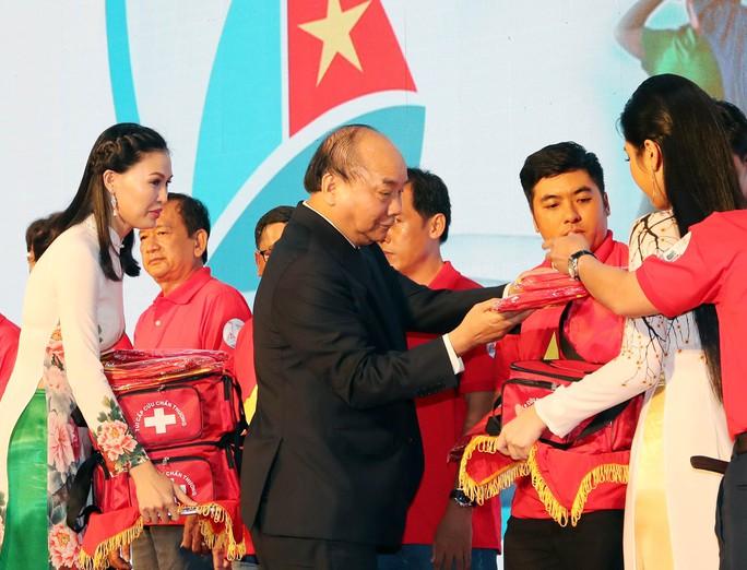 Thủ tướng Nguyễn Xuân Phúc cùng báo Người Lao Động trao cờ Tổ quốc cho ngư dân Kiên Giang - Ảnh 2.