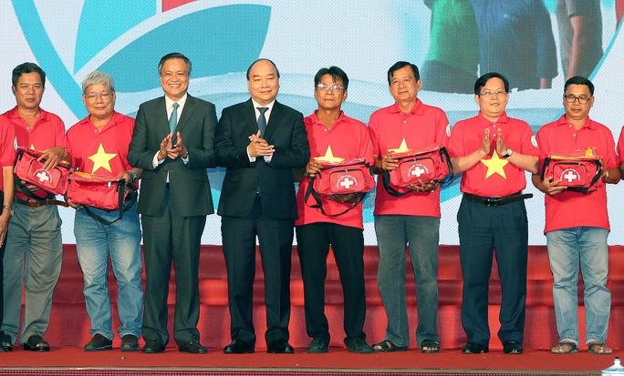 Thủ tướng Nguyễn Xuân Phúc cùng báo Người Lao Động trao cờ Tổ quốc cho ngư dân Kiên Giang - Ảnh 1.
