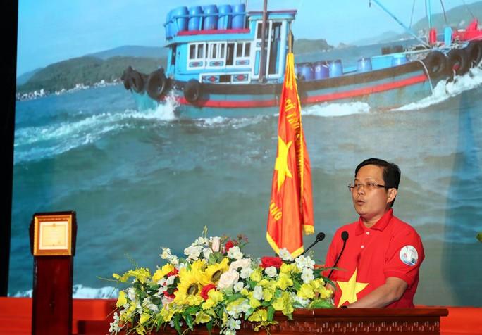 Thủ tướng Nguyễn Xuân Phúc cùng báo Người Lao Động trao cờ Tổ quốc cho ngư dân Kiên Giang - Ảnh 6.