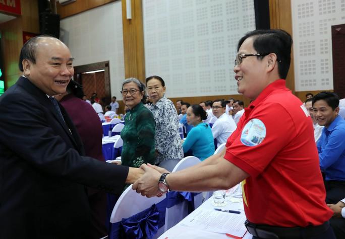 Thủ tướng Nguyễn Xuân Phúc cùng báo Người Lao Động trao cờ Tổ quốc cho ngư dân Kiên Giang - Ảnh 12.