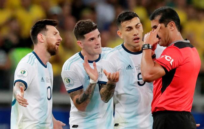 Bức xúc vì thua Brazil, Messi miệt thị trọng tài là bò đực - Ảnh 3.