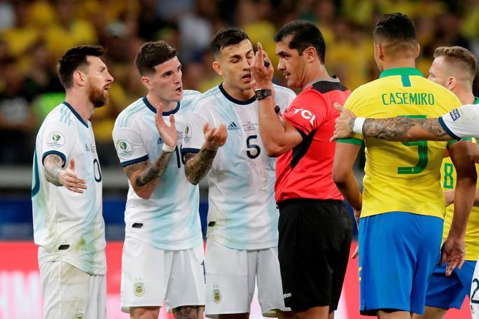 Bức xúc vì thua Brazil, Messi miệt thị trọng tài là bò đực - Ảnh 9.