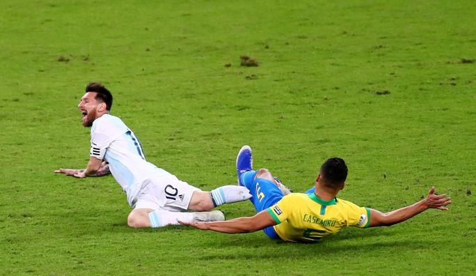 Bức xúc vì thua Brazil, Messi miệt thị trọng tài là bò đực - Ảnh 8.