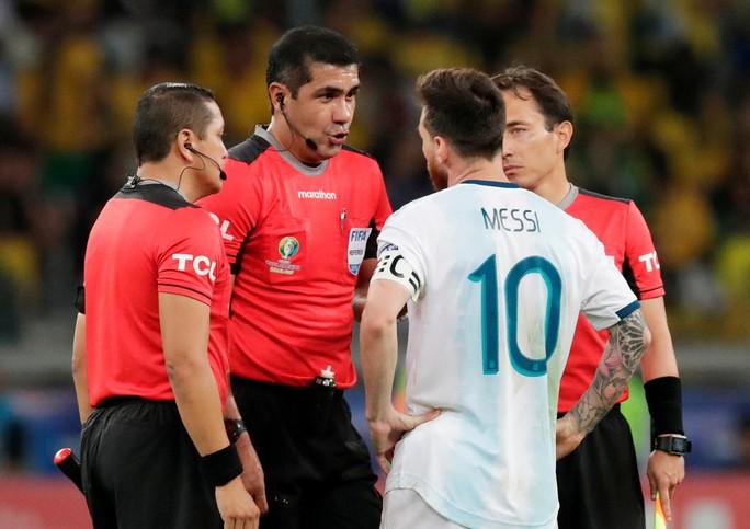 Bức xúc vì thua Brazil, Messi miệt thị trọng tài là bò đực - Ảnh 4.
