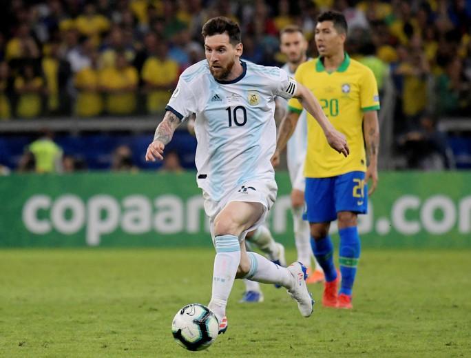 Bức xúc vì thua Brazil, Messi miệt thị trọng tài là bò đực - Ảnh 2.