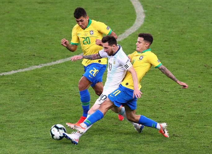 Bức xúc vì thua Brazil, Messi miệt thị trọng tài là bò đực - Ảnh 7.