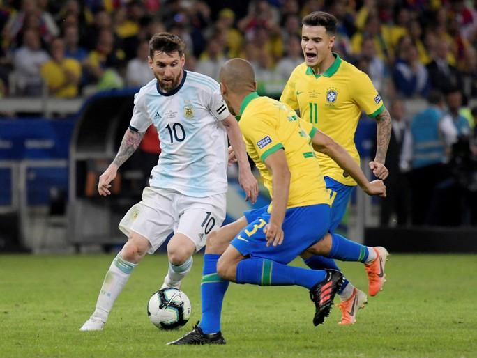 Bức xúc vì thua Brazil, Messi miệt thị trọng tài là bò đực - Ảnh 1.
