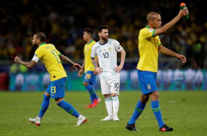 Bức xúc vì thua Brazil, Messi miệt thị trọng tài là bò đực - Ảnh 6.