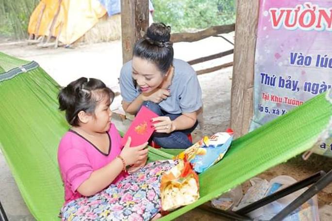 Trịnh Kim Chi nỗ lực giúp bé gái viêm não tủy - Ảnh 1.