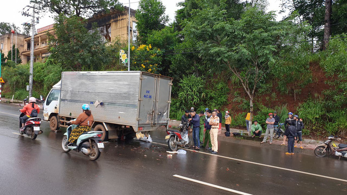 Tông vào xe tải đậu giữa đường do hỏng, 1 công an tử vong - Ảnh 1.