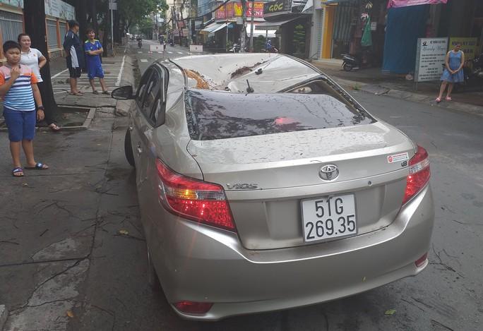 TP HCM: Cây xanh bật gốc đè ôtô, quận Tân Phú cúp điện - Ảnh 2.