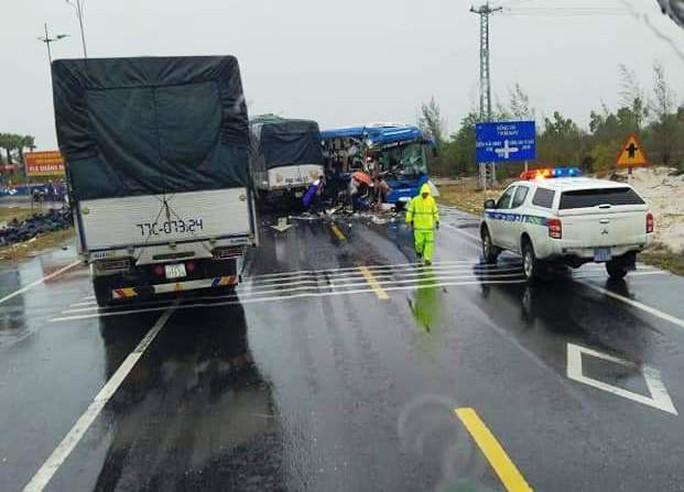 Xe tải đấu đầu xe khách, nhiều người nhập viện - Ảnh 2.