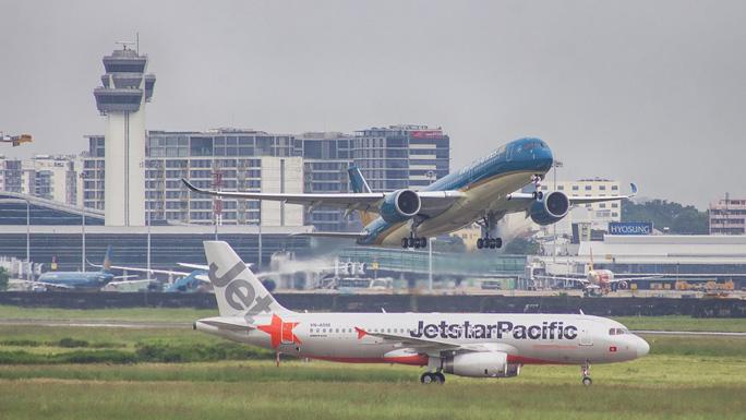 Hủy hàng loạt chuyến bay ngày 4-7 do bão số 2 - Ảnh 1.