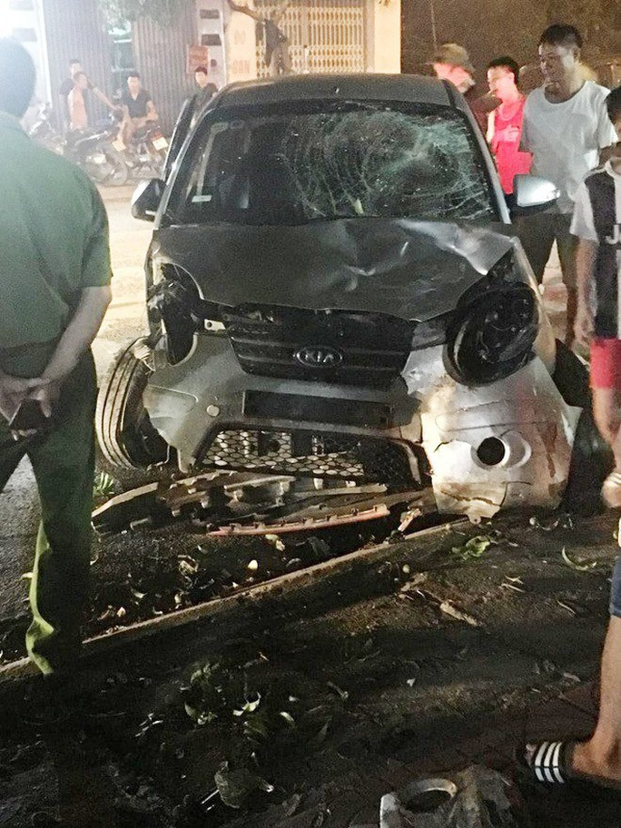 Gây tai nạn bỏ chạy, xe điên tông hàng loạt xe máy khiến 7 người bị thương - Ảnh 1.