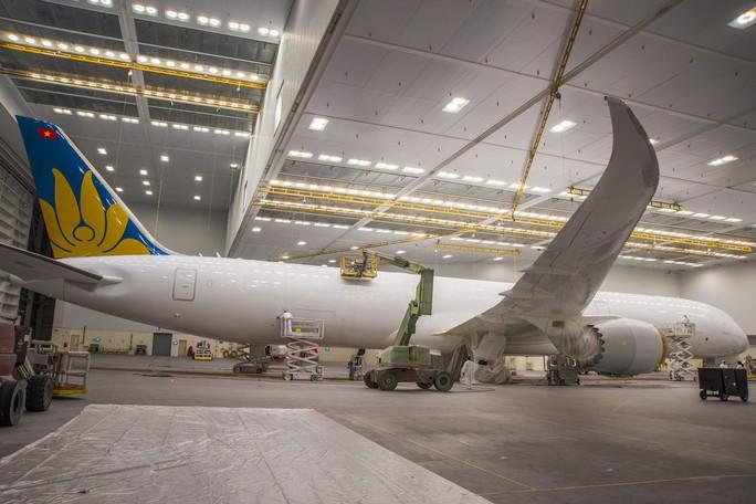 Clip cận cảnh quá trình lắp ráp, sơn siêu máy bay Boeing 787-10 cho Việt Nam - Ảnh 2.