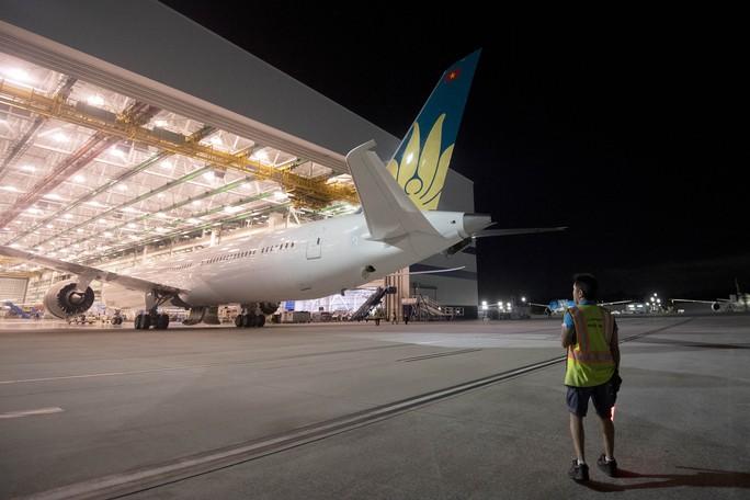 Clip cận cảnh quá trình lắp ráp, sơn siêu máy bay Boeing 787-10 cho Việt Nam - Ảnh 12.