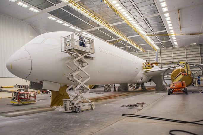 Clip cận cảnh quá trình lắp ráp, sơn siêu máy bay Boeing 787-10 cho Việt Nam - Ảnh 3.