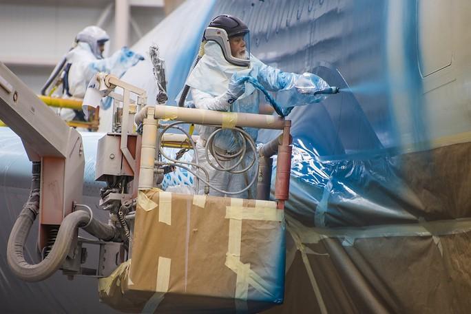Clip cận cảnh quá trình lắp ráp, sơn siêu máy bay Boeing 787-10 cho Việt Nam - Ảnh 5.