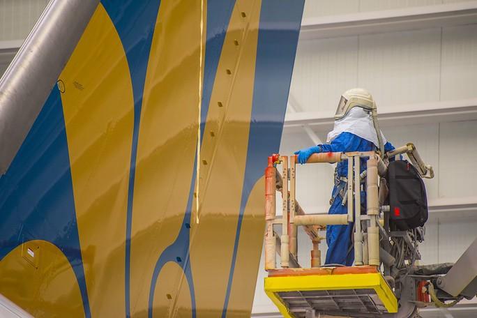 Clip cận cảnh quá trình lắp ráp, sơn siêu máy bay Boeing 787-10 cho Việt Nam - Ảnh 8.