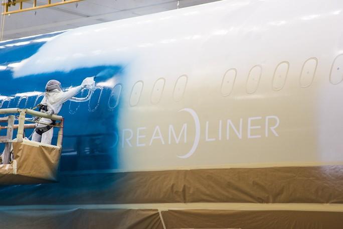 Clip cận cảnh quá trình lắp ráp, sơn siêu máy bay Boeing 787-10 cho Việt Nam - Ảnh 10.