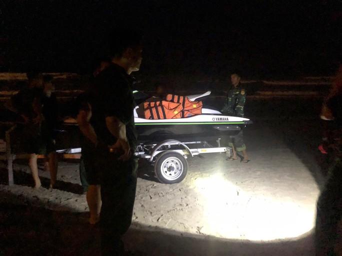 Hai học sinh bị sóng cuốn mất tích trên biển Đà Nẵng - Ảnh 1.