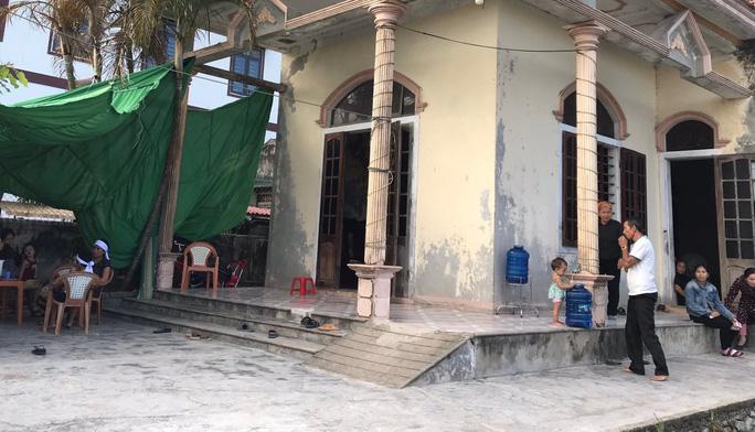 5 ngư dân Quảng Bình mất tích khi trú bão: Gia đình tuyệt vọng lập bàn thờ - Ảnh 1.