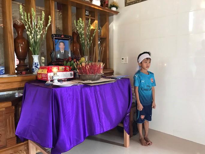5 ngư dân Quảng Bình mất tích khi trú bão: Gia đình tuyệt vọng lập bàn thờ - Ảnh 2.