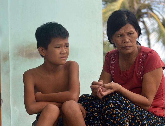 5 ngư dân Quảng Bình mất tích khi trú bão: Gia đình tuyệt vọng lập bàn thờ - Ảnh 3.