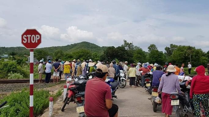 Bình Thuận: Tàu lửa tông xe khách 16 chỗ, 3 người tử vong - Ảnh 1.