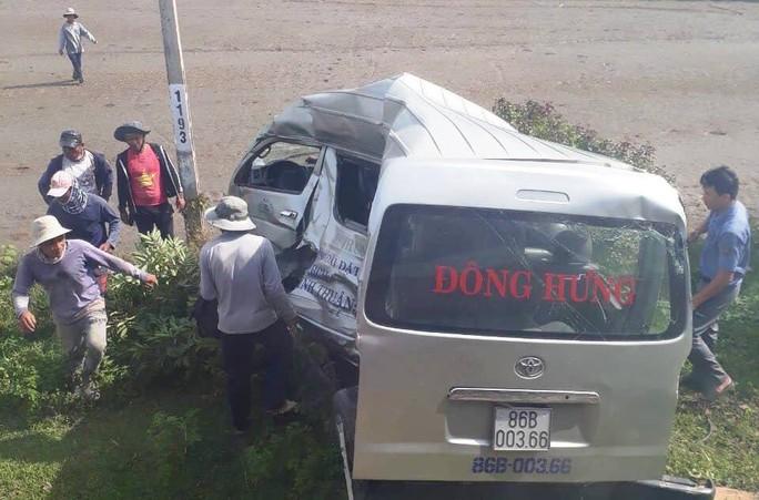Bình Thuận: Tàu lửa tông xe khách 16 chỗ, 3 người tử vong - Ảnh 3.